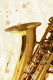 Goldenes Saxophon gegen Winter-Hintergrund. Stockfotografie