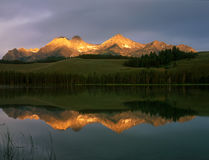 Goldenes Sonnenaufganglicht auf den Spitzen über Redfish See, Sägezahn-nationales Erholungsgebiet, Idaho stockbilder