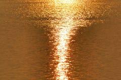 Goldenes Sonnenlicht auf dem See Stockfotografie