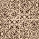 Goldenes Stammes- symmetrisches mit Ziegeln gedecktes nahtloses Muster des Vektors auf dunklem Hintergrund lizenzfreie abbildung