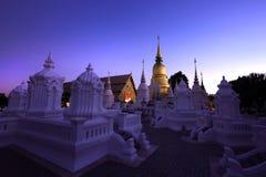 Goldenes stupa in der Dämmerung am acient Tempel, Nord-Thailand Stockfoto