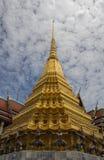 Goldenes stupa in wat phrakeaw Stockfotografie