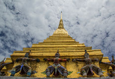 Goldenes stupa in wat phrakeaw Stockfoto
