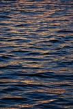 Goldenes Wasser lizenzfreie stockfotos