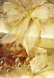 Goldenes Weihnachtsgeschenk Lizenzfreie Stockfotos