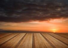 Goldenes Weizenfeld unter drastischer stürmischer Himmellandschaft mit Holz Lizenzfreies Stockfoto
