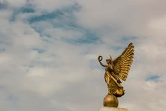Goldengelsstatue mit olivgrüner Krone Lizenzfreies Stockfoto