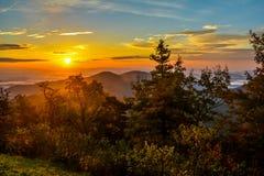 GoldenSun över berg Royaltyfria Bilder