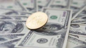 golder bitcoin的关闭在美元中部转动美元和在转动以后落与一白天 概念 股票录像