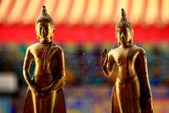 2 golderbuddha scultures Arkivfoton