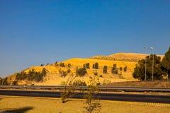 Goldförderungs-Dumps des Abfalls nahe bei der Autobahn Stockfoto