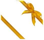 Goldfarbband mit einem Bogen auf Weiß Lizenzfreies Stockbild