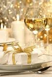 Goldfarbbandgeschenk mit Goldhintergrund Stockfoto
