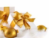 Goldfarbbandgeschenke mit Weihnachtskugeln Lizenzfreies Stockbild