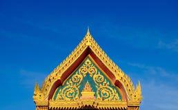 Goldfarbdach des buddhistischen Tempels mit Hintergrund des blauen Himmels Stockbilder