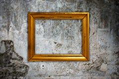 Goldfeld auf einer alten Wand Stockbilder