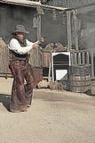 GOLDFIELD GEISTERSTADT 26. Januar: Ein Person displayes Gewehr fignt Stockbilder