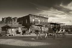 GOLDFIELD miasto widmo STYCZEŃ 26th: Ludzie biorą końską fury przejażdżkę w złota pola miasto widmo jak starzy dni Fotografia Royalty Free