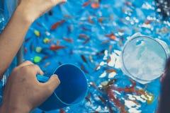 Goldfisch, der mit Kindern auf jährlichem Festival schaufelt stockfoto