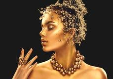 Goldfrauenhaut Schönheitsmode-modell-Mädchen mit goldenem Make-up lizenzfreie stockfotografie