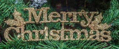 Goldfrohe Weihnachten schreiben, Weihnachtsverzierungsbaum, Detail, Abschluss oben Stockfotos