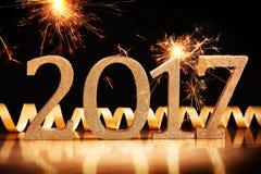 Goldfunkelndatum 2017 mit brennenden Wunderkerzen Stockfoto