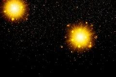 Goldfunkelnpartikel-Hintergrundeffekt Funkelnde Beschaffenheit Sternstaub funkt in der Explosion auf schwarzem Hintergrund Lizenzfreie Stockfotografie