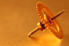 Goldgang auf aufgetragenem metall Stockfoto