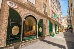 Goldgasse - узкая средневековая улица вполне магазинов и ресторанов в старом городке Зальцбурга, Австрии стоковые фотографии rf