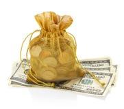 Goldgeld-Tasche von Münzen und von hundert Dollar Stockfoto