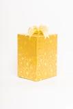 Goldgeschenkbox mit Bogenisolat lizenzfreie stockbilder