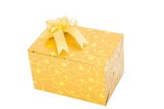 Goldgeschenkbox mit Bogenisolat lizenzfreies stockbild