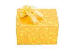 Goldgeschenkbox mit Bogenisolat lizenzfreie stockfotografie