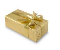 Goldgeschenkbox mit goldenem Band über weißem Hintergrund Beschneidungspfad eingeschlossen Lizenzfreie Stockfotos