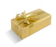 Goldgeschenkbox mit goldenem Band über weißem Hintergrund Beschneidungspfad eingeschlossen Lizenzfreie Stockfotografie