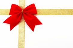Goldgeschenkverpackung auf einem weißen Hintergrund, horizontales orientatio Stockfotos