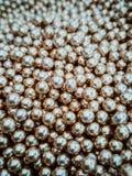 Goldglänzende Bälle kann für die Werbung oder die Kosmetik, Schmuck und für Medizin verwendet werden entziehen Sie Hintergrund stockfoto