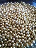 Goldglänzende Bälle kann für die Werbung oder die Kosmetik, Schmuck und für Medizin verwendet werden entziehen Sie Hintergrund lizenzfreie stockfotografie