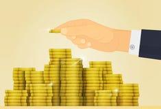 Goldglanzschatz Lotteriejackpot oder -geld in der Bank Hand fügt eine Münze den anderen Münzen hinzu Lizenzfreies Stockbild