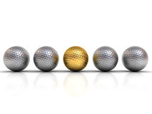 Goldgolfball unter silbernen Golfbällen stehen heraus von der Menge Lizenzfreies Stockfoto