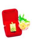 Goldhängender Miniatur-Ohrringschmuck mit den Blumen lokalisiert auf Whit stockfoto
