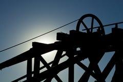 Goldhügel-Bergwerk-Hebemaschine stockfotos