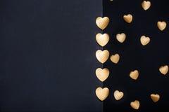 Goldherzaufkleber über dunklem strukturiertem Hintergrund Lizenzfreies Stockbild