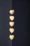 Goldherzaufkleber auf dunklem Beschaffenheitshintergrund Lizenzfreie Stockfotografie