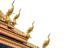 Goldkönig der Schlangenstatue auf der Tempeldachspitze stockbild