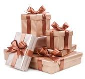 Goldkasten mit Geschenken und Braunbogen Stockfotos