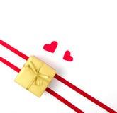 Goldkasten mit Herzen auf weißem Hintergrund Stockbilder