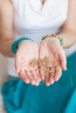 Goldkette in den Händen einer jungen attraktiven orientalischen Frau Verwischender Hintergrund Lizenzfreie Stockfotos