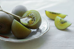 Goldkiwifruit-Weinleseplatte Stockfotos