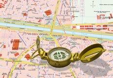 Goldkompaß getrennt über einer Karte Stockbild